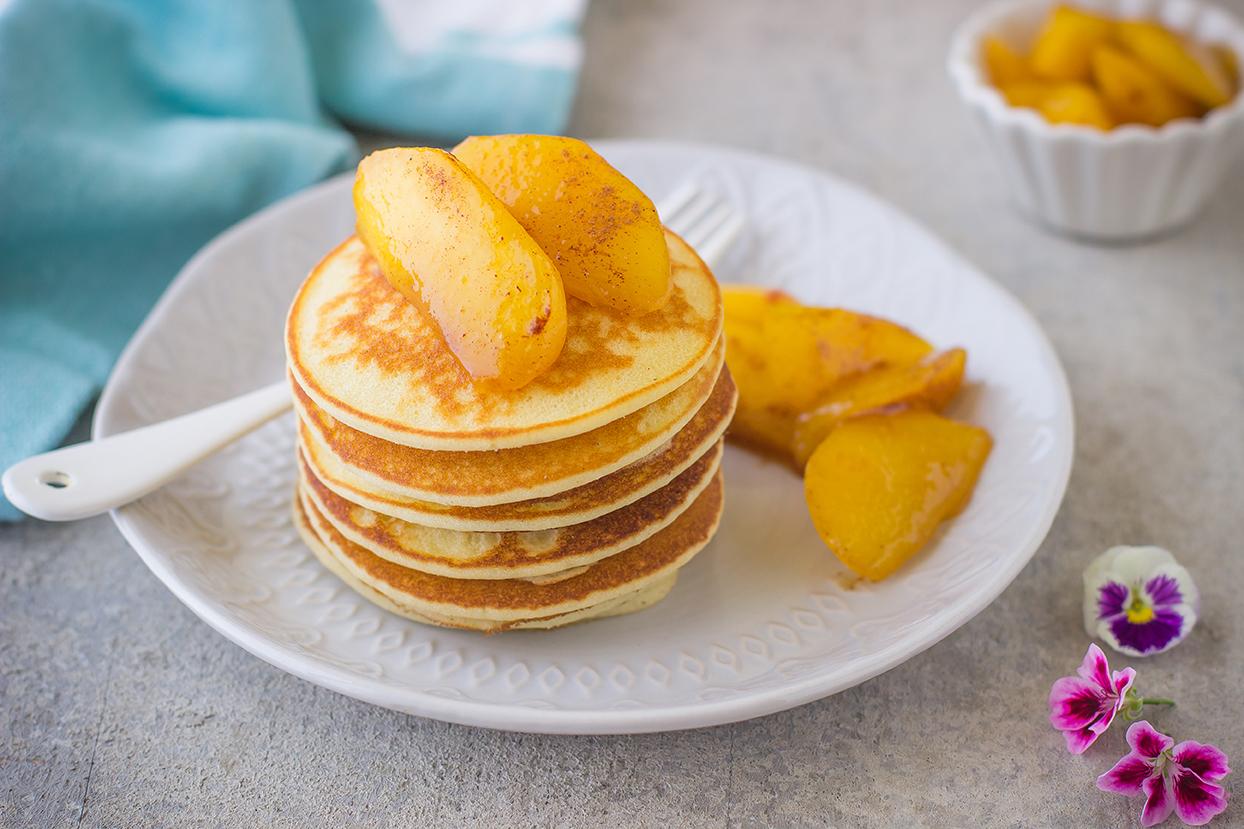 Pancakes senza glutine con pesche caramellate