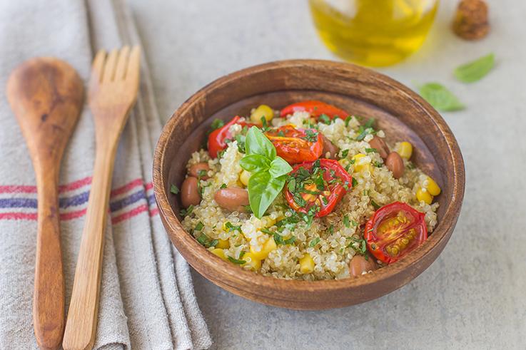 Insalata di quinoa con pomodorini al forno, fagioli e mais