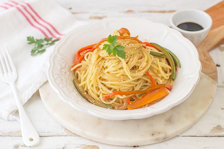 Spaghetti con verdure e germogli di soia