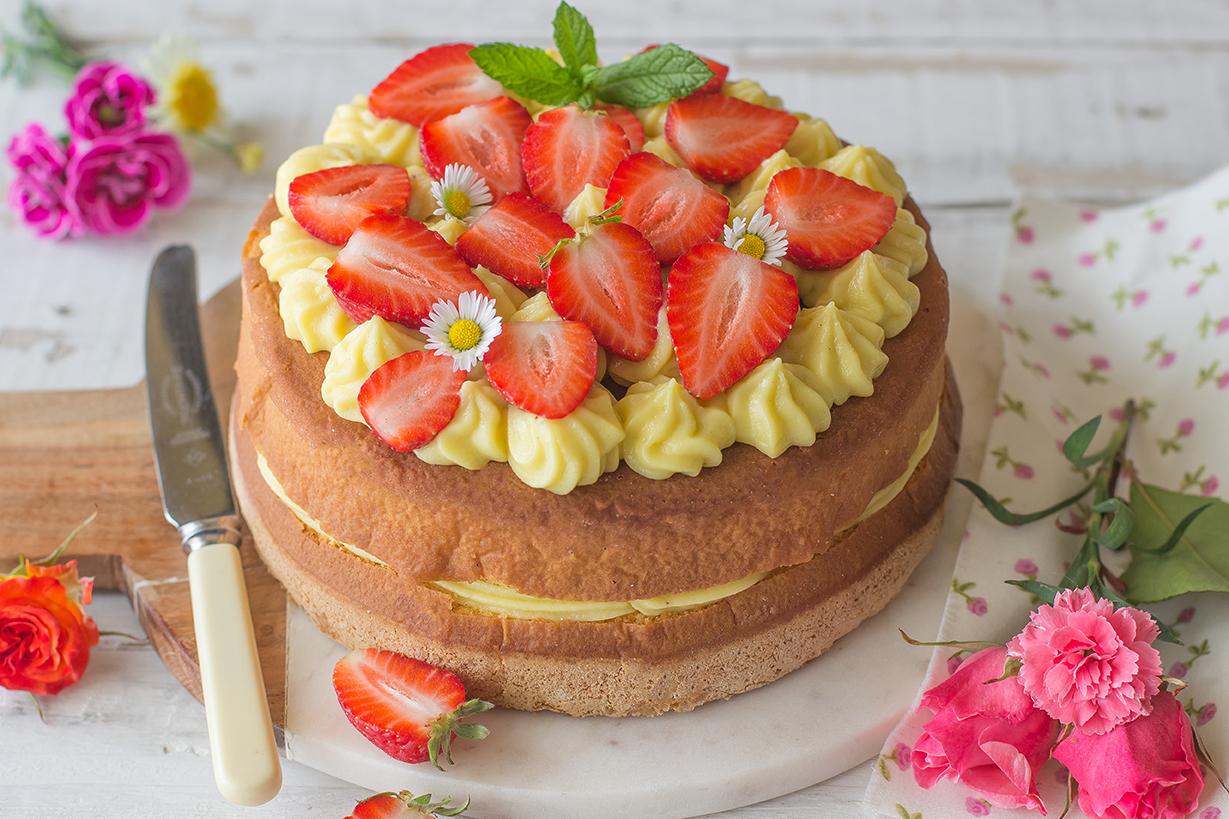 Torta con ananas e fragole