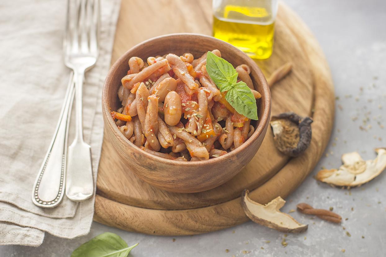 Pasta al pomodoro con fagioli e funghi secchi