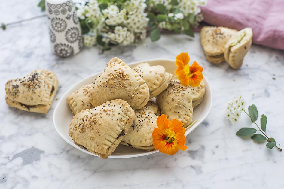 Biscotti salati ripieni di ricotta e piselli