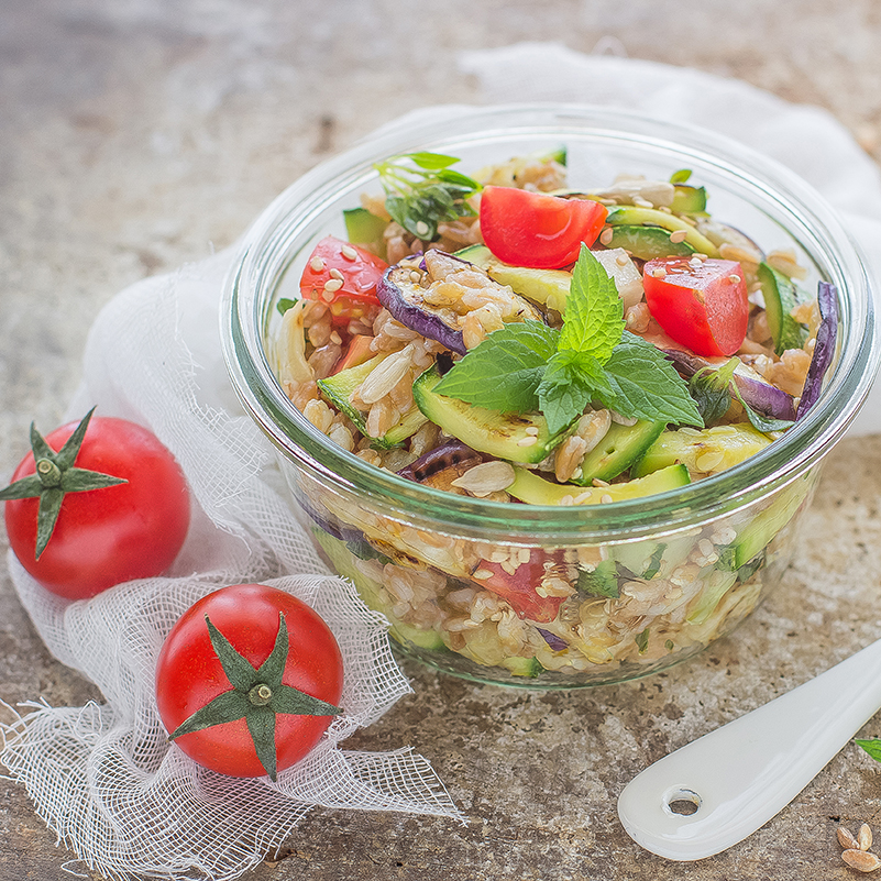 Insalata di farro con verdure estive e semi