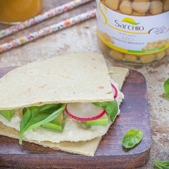 Piadine al grano saraceno con hummus e avocado