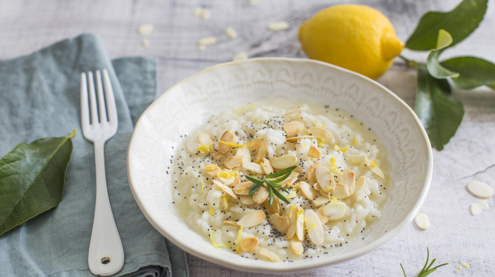 Risotto al limone, mandorle e semi di papavero