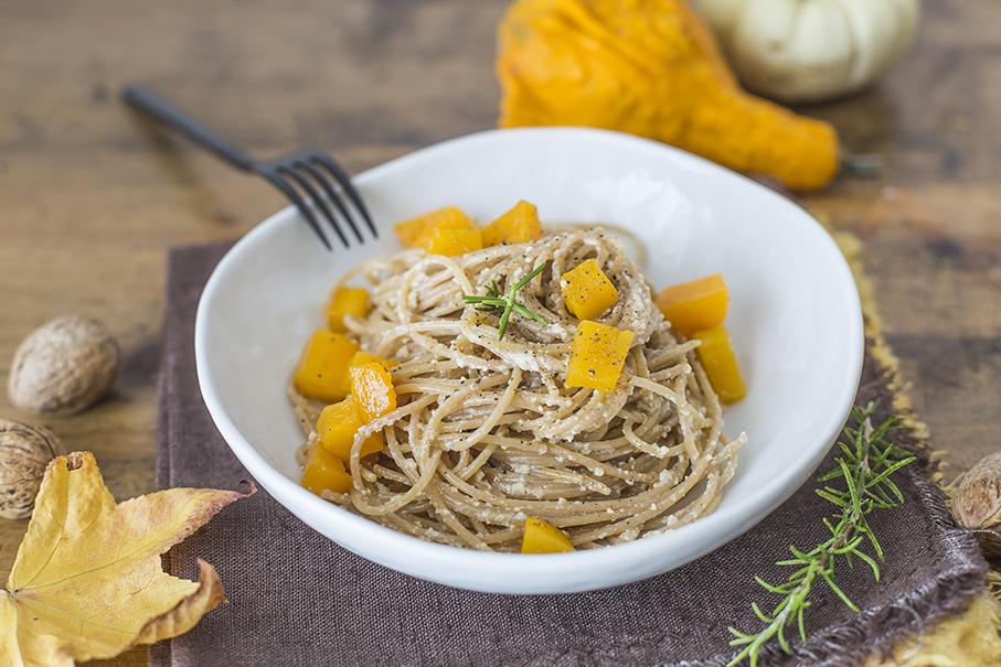 Spaghetti integrali con crema di noci e zucca