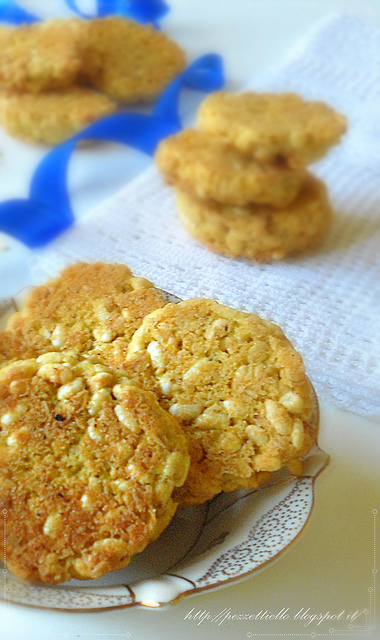 Puffed rice and oat flakes biscuits