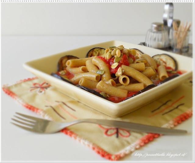 Maccheroni de trigo sarraceno con salsa y berenjenas