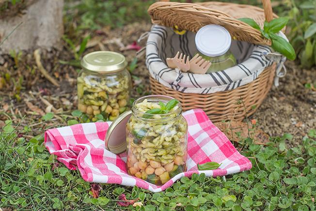 Strozzapreti con pesto, ceci e zucchine