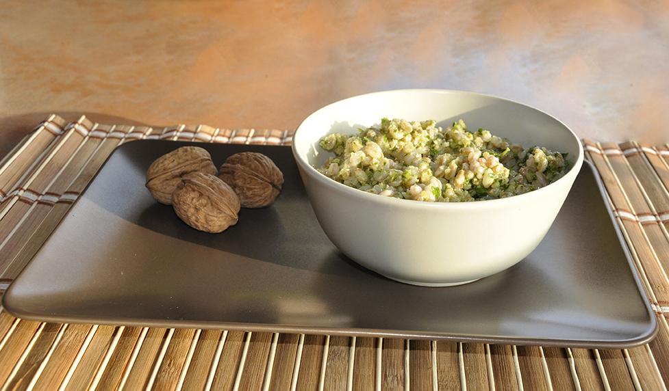 Insalata di farro con pesto alle erbe aromatiche, mandorle e noci