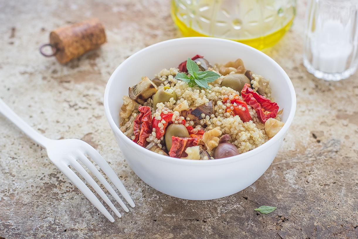 Insalata di quinoa con peperoni, melanzane e olive